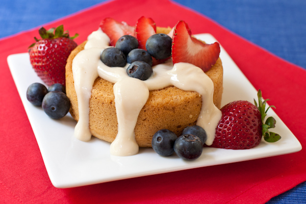 Strawberry and blueberry mini cake with creamy topping