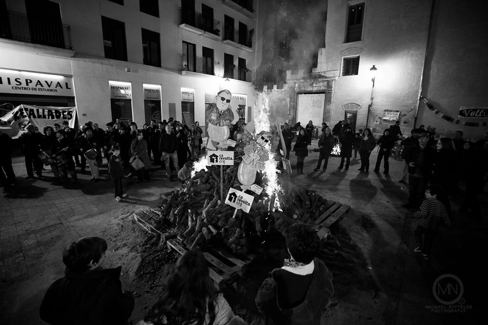 VLNC fire 5348 Edit web Photo Essay   Foguera Dels Velluters 2012   Bonfire in the Plaza del Pilar