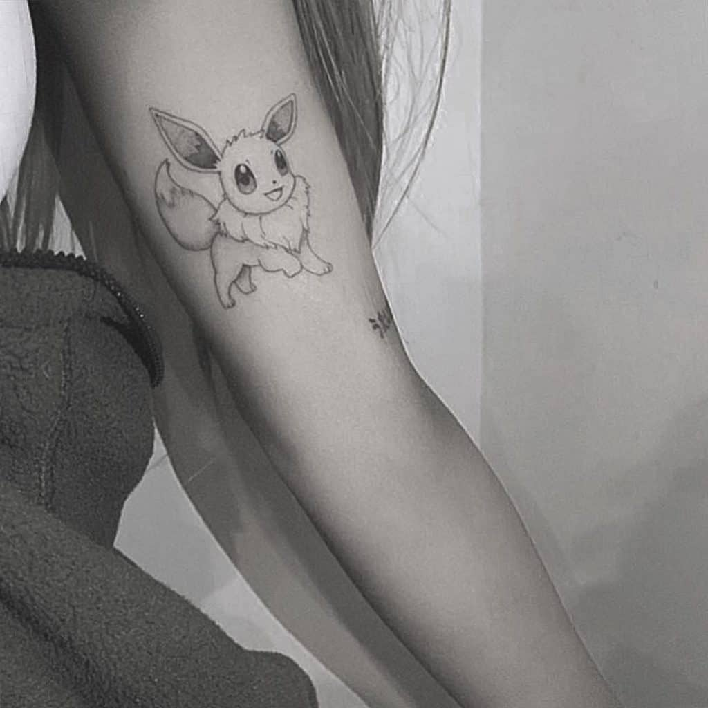 ARIANA GRANDE got a new tattoo . . . and this time, it has nothing to do with a guy she's been dating for five seconds.  But it's equally silly.  It's a Pokemon.  Eevee, to be exact.