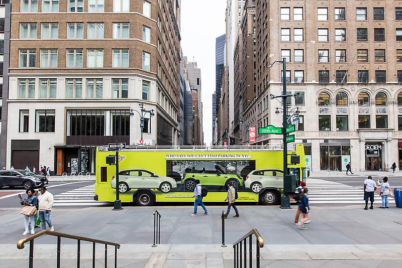 """MINI USA SHOWCASES 2022 CONVERTIBLES AND HARDTOPS WITH AR EXPERIENCE AND """"LOOKING GLASS BUS"""" IN NEW YORK CITY"""