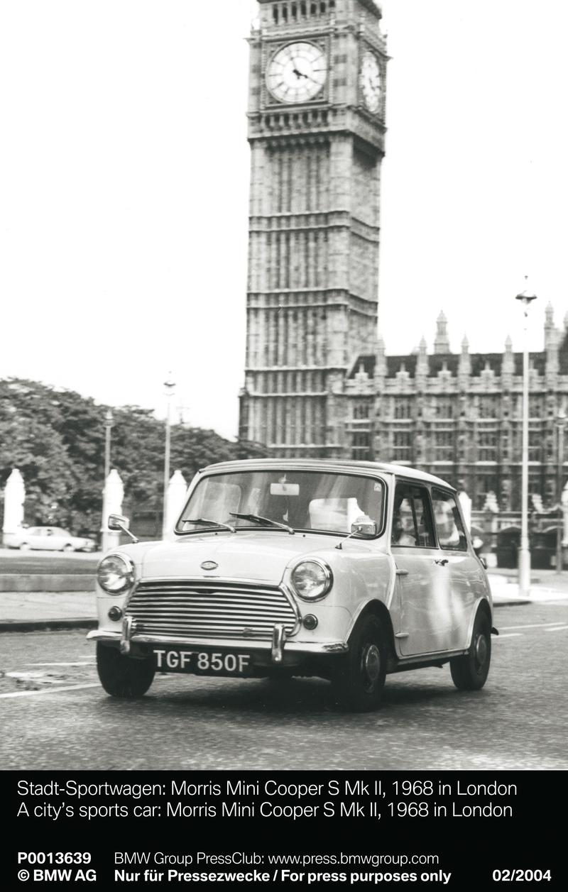 A city¿s sports car: Morris Mini Cooper S Mk II, 1968 in London (01/2004)<br />