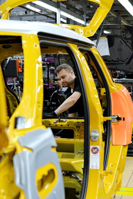 An associate working on the new 4-door MINI in Plant Oxford's assembly hall.