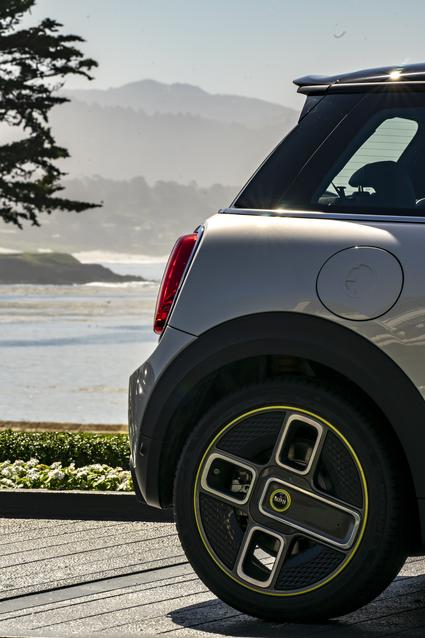 MINI Cooper SE (08/19).<br /> Combined fuel consumption: 0.0 l/100 km; combined power consumption: 16.8 – 14.8 kWh/100 km; combined CO2 emissions: 0 g/km.