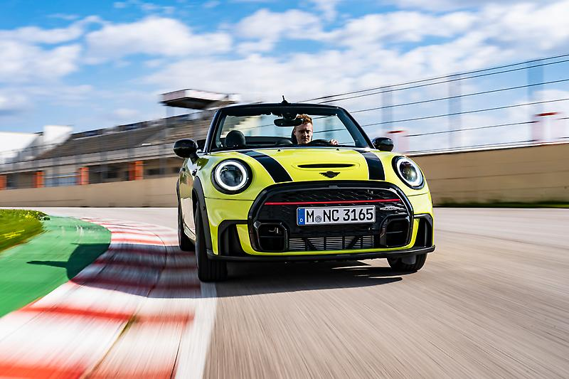 The MINI John Cooper Works Convertible (04/2021)<br /> <br /> MINI John Cooper Works Convertible (Fuel consumption combined in l/100km: 7,4-6,1 (6,4- 6,2) (NEFZ); 7,4-7,1 (7,1-6,9) (WLTP) / CO2 emissions combined in g/km: 169-163 (147-142) (NEFZ); 167-161 (162-156) (WLTP))