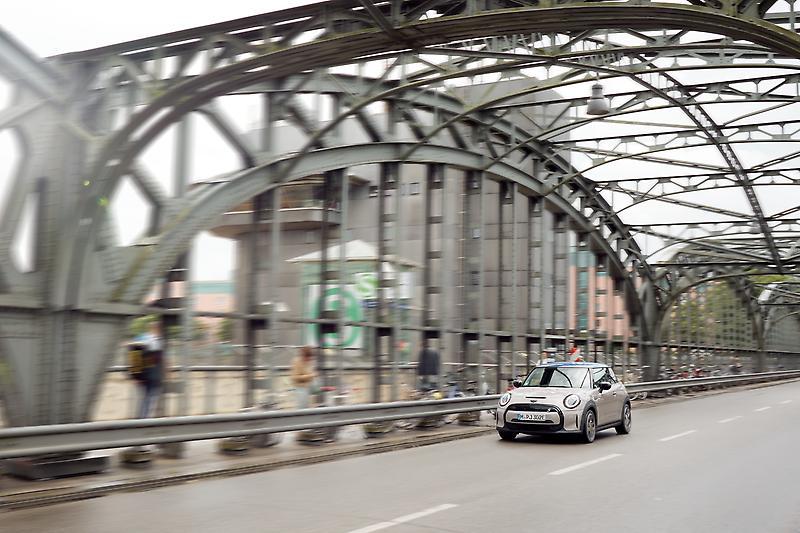 The MINI Cooper SE (07/2021) MINI Cooper SE (combined fuel consumption: 0.0 l/100 km; combined power consumption: 16,1-14.9 (NEDC); 17,6-15,2 (WLTP) kWh/100 km; combined CO2 emissions: 0 g/km)