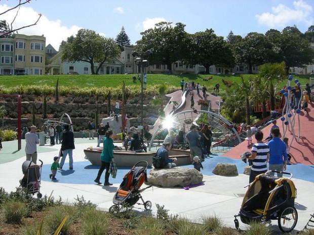 Padres de Familia Quieren Cerca en Área de Juegos del Parque Dolores