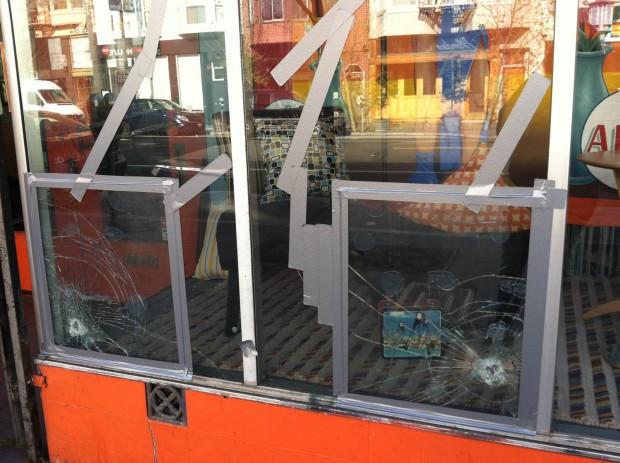 Manifestantes Destrozan Ventanas y Avientan Bolsas de Pintura a Autos