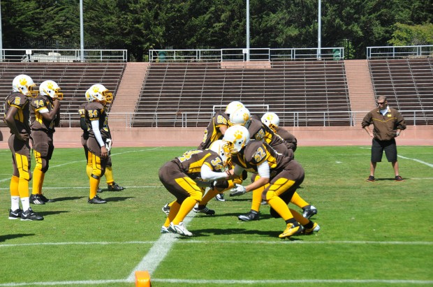 The Bears concentrate on key blocking to the success of their offense. Photo by Alejandro Rosas.