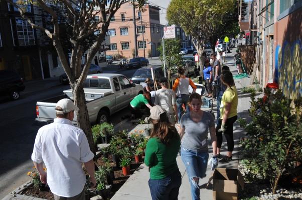 Planting underway on 20th Street. Photo by Alejandro Rosas.