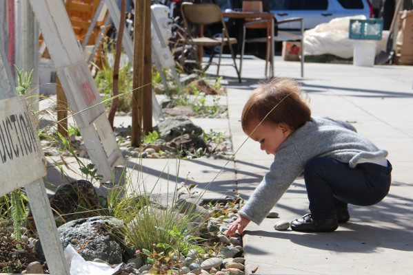 Child plays with rocks at installation site on Florida Street. Photo by Yousur Alhlou.
