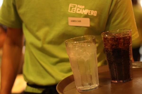 Un mesero con bebidas en un día muy ocupado en Pollo Campero. Foto por Claudia Escobar.