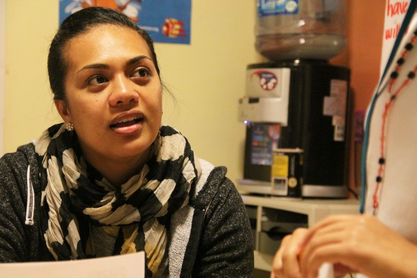 Noia Siamu, directora de servicios de Young Queens coordinando una actividad el miércoles por la noche. Young Queens on the Rise es un programa en Mission Girls con el objetivo de mejorar las vidas de muchachas en peligro.