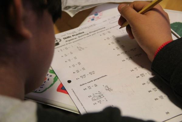 Una muchacha haciendo su tarea durante una de las actividades de los miércoles en Mission Girls.