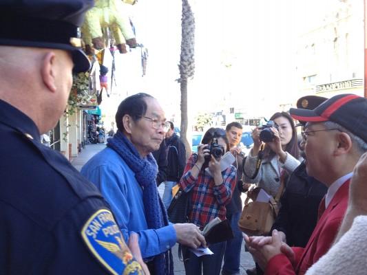 Ed Lee platicando con el propietario de A.C. Trading Co.