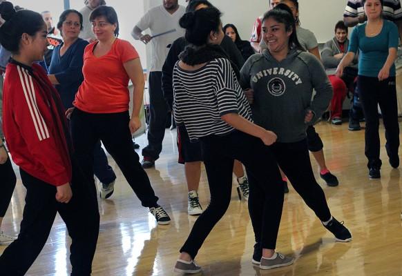 Estudiantes practican cómo bailar durante la clase de Loco Bloco impartida el sábado pasado.