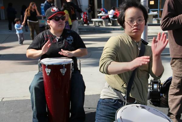 Percusionistas ensayando en la clase que se impartió en la preparatoria John O'Connell el sábado pasado.
