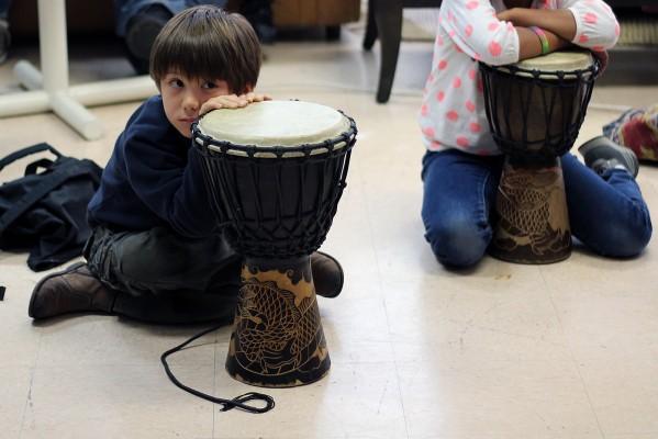 Un niño toma un descanso durante la clase de percusión.
