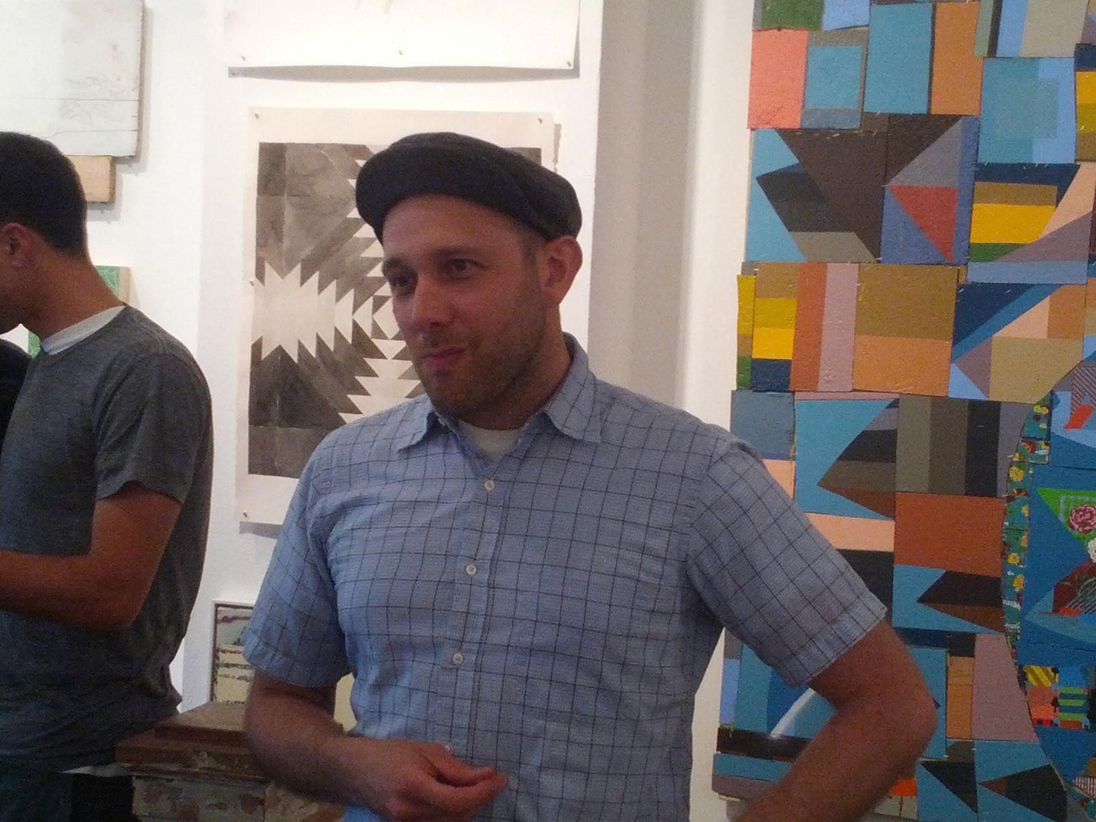 Andrew Martin Scott, cofundador de Needles & Pens en la exposición del décimo aniversario celebrado en la galería Luggage Store Gallery en la calle Market.