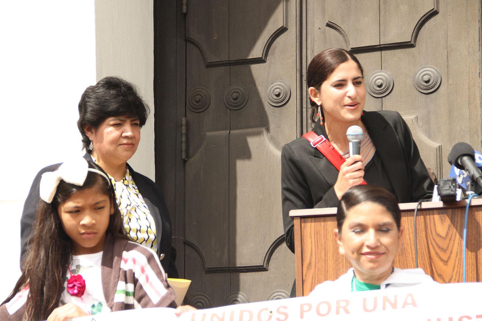 Lorena Melgarejo de la oficina de política pública y preocupación social con sede en la arquidiócesis presente en la histórica Misión Dolores. 13 de mayo.