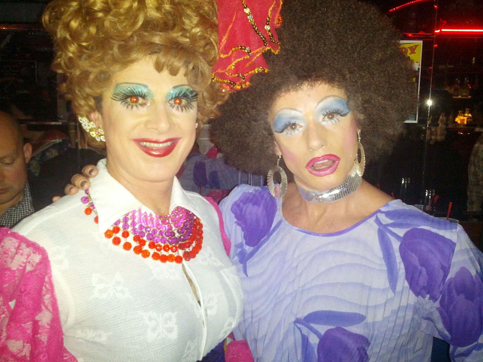 Frieda Laye (izquierda) y Sandy Shorts en la recaudación de eventos en Esta Noche, el 18 de mayo