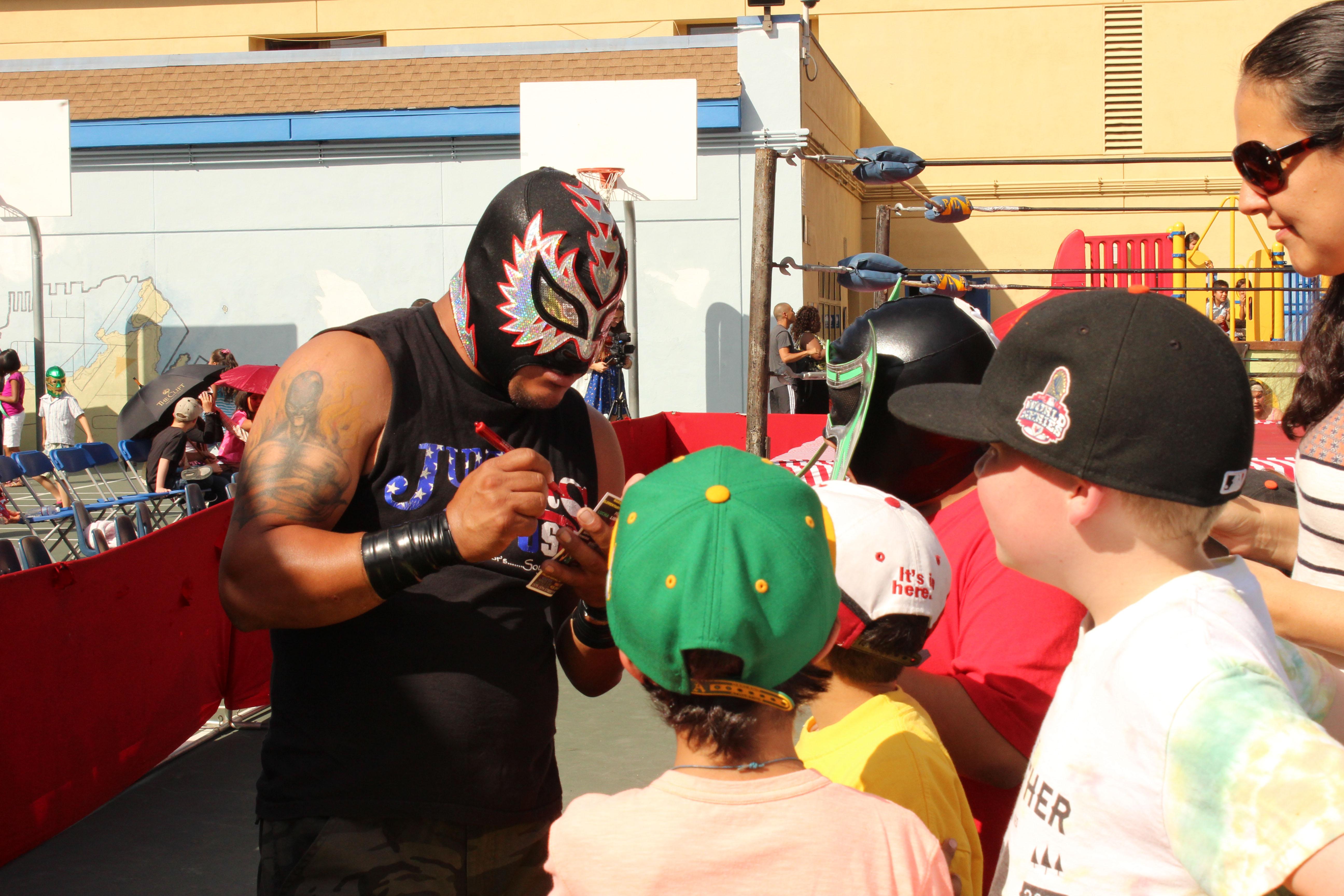 Luchadores Mexicanos Pelean por Escuela de la Misión