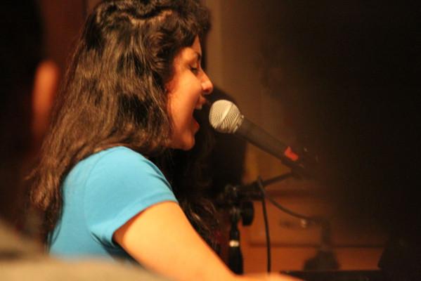Irene Diaz at the piano. Photo by Jasmine Koerber