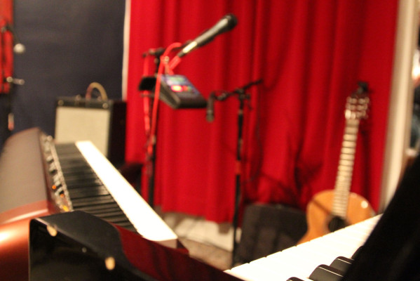 The set up at the Red Poppy Art House on 23rd and Folsom included a keyboard, a piano, a guitar and a ukelele. Photo by Jasmine Koerber