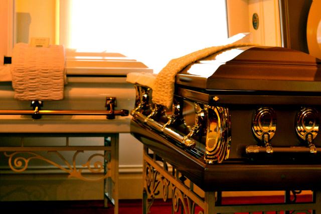 El negocio funerario de SF esta calmado, pero las funerarias se están preparando para lo peor