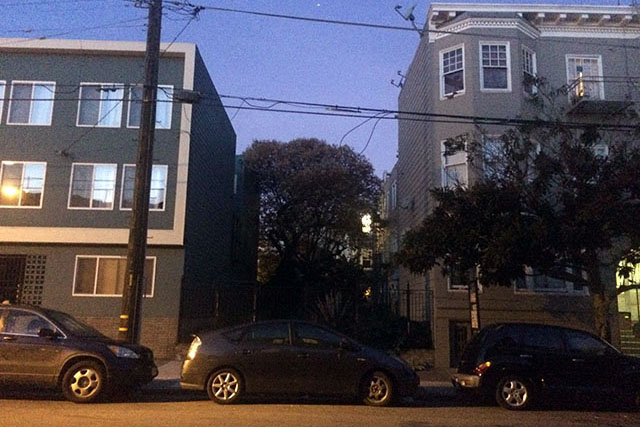 Have you ever seen so much empty spaces between two houses in San Francisco? Photo by Eugeniya Kirovskaya