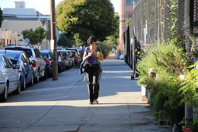Look up. Texter strolling down Alabama Street. Photo by Janet Kornblum
