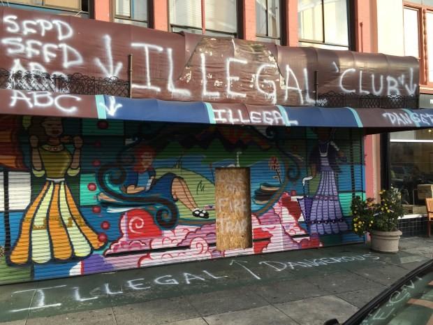 El antes Fizzary, es hoy una casa de apuestas ilegal. El dueño llenó de grafitti el lugar en una búsqueda desesperada de ayuda. Fotografía de Joe Rivabo Barros / Mission Local