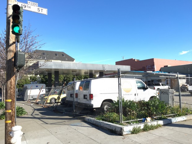 The site of the now vacant former gas station at the corner of 19th and South Van Ness. Photo: Joe Rivano Barros / Mission Local.