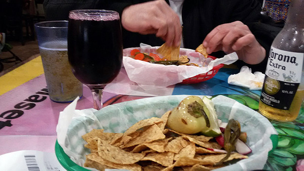taqueria-los-coyotes-chips-sangria