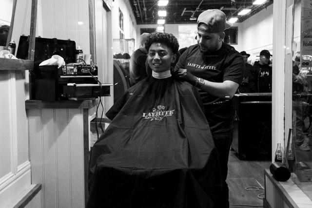 San Francisco Barber Shop le da la bienvenida a todos con cortes de cabello gratis