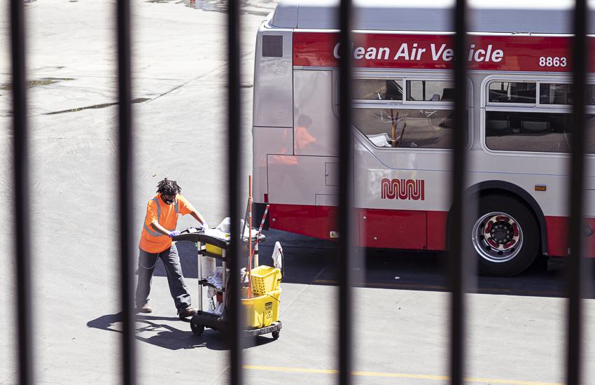 La ciudad abre solicitudes para dar a trabajadores esenciales taxis gratis a casa