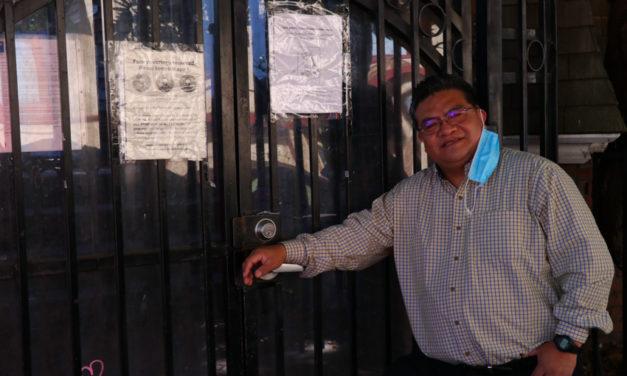 Antes de la pandemia por COVID-19, Guoron saludaba a las personas en situación de calle en St. John's. Ahora visita a algunos en el Marriot
