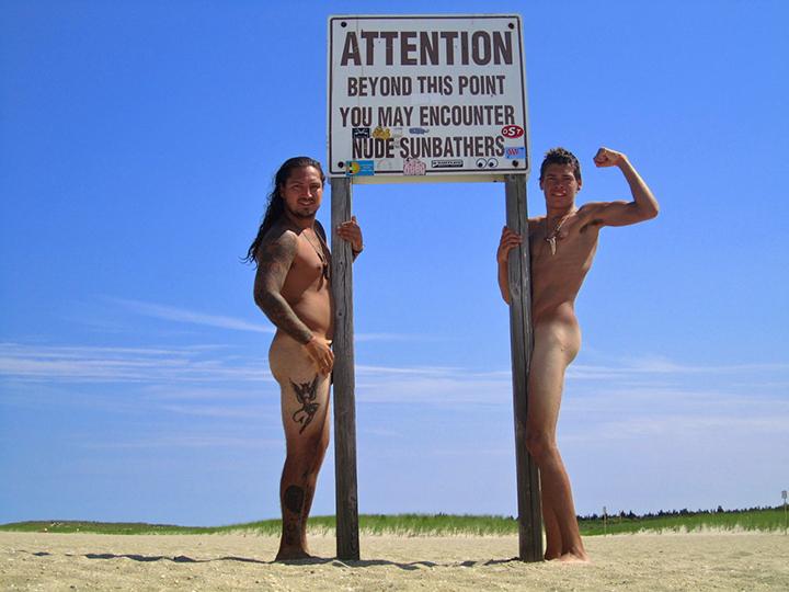 Attaque de belles filles sur plage de naturistes par