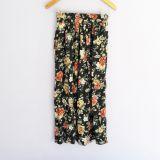 Falda negra con estampado de flores y abertura la costado
