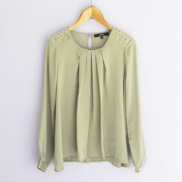 Blusa verde militar con estoperoles en los hombros