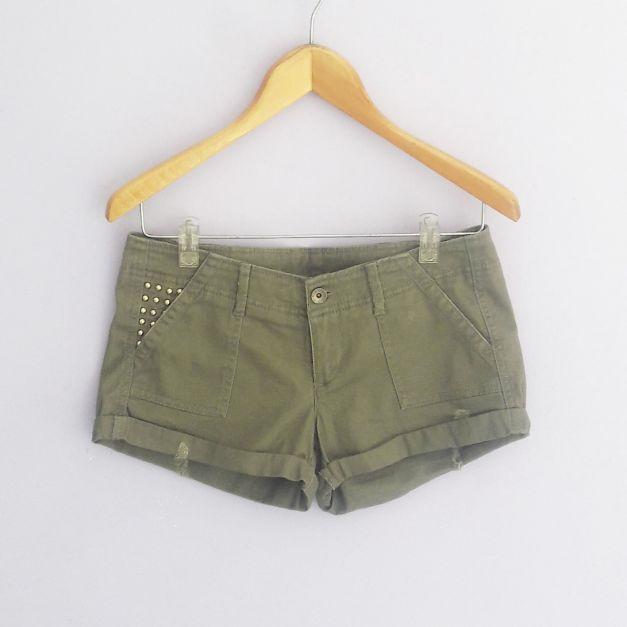 Short verde militar con estoperaoles en los bolsillos