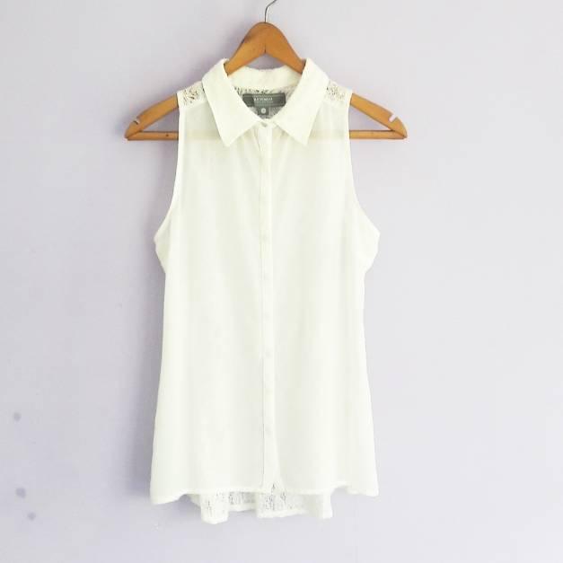 Blusa blanca con encaje en la espalda (#33THRIFTSHOP)