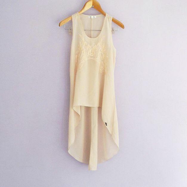 Blusa sin mnagas asimetrica, parte de atrás más larga color nude
