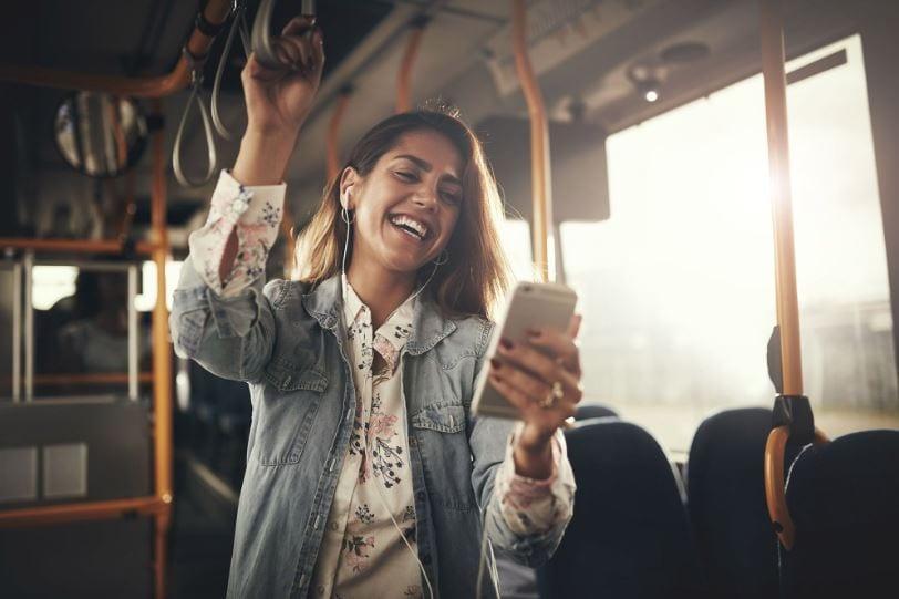 mulher ouvindo música pelo celular