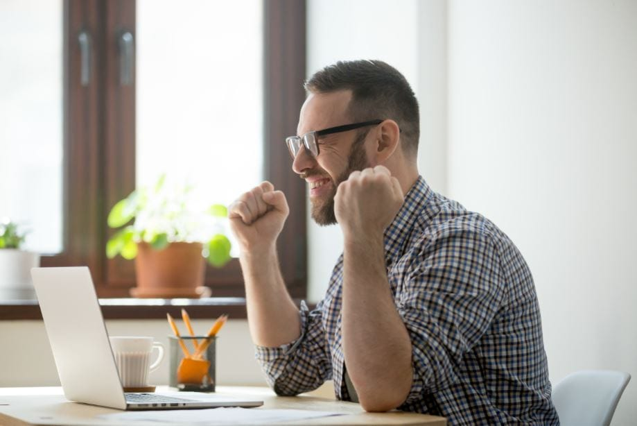Spin Selling: imagem de um homem comemorando na frente do computador