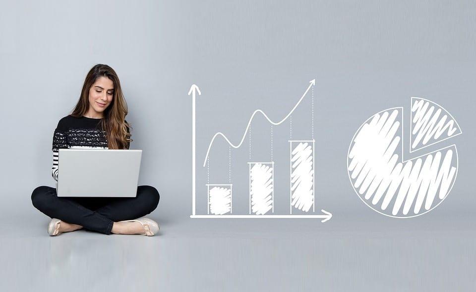 Linkedin Analytics: imagem de uma mulher sentada olhando para o notebook.