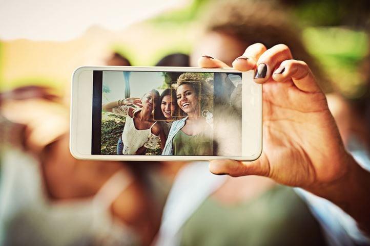 Aplicativos para Instagram: imagem de pessoas tirando foto.