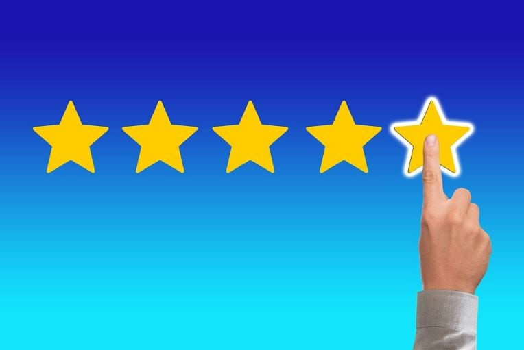 Feedback no Facebook: imagem de um mão colocando mais uma estrela no fundo azul
