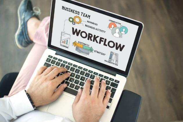 Workflow para mídias sociais: imagem de uma pessoa com o notebook no colo navegando no workflow.