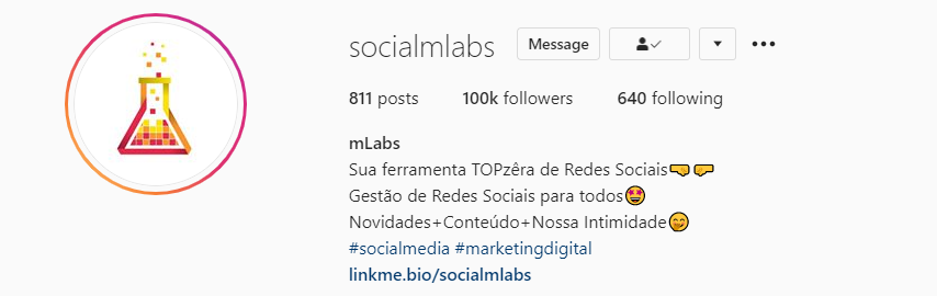 como usar hashtag no instagram: imagem da biografia da mLabs no perfil do instagram indicando as hashtags utilizadas: #socialmedia #marketingdigital
