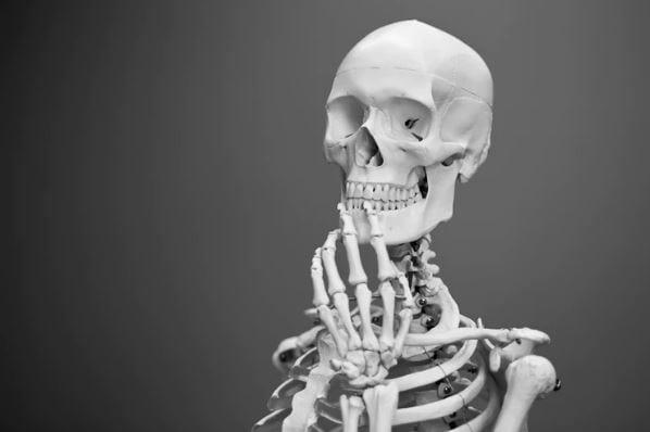 Google Meu Negócio: imagem de um esqueleto em pé, com a mão na boca, pensando.